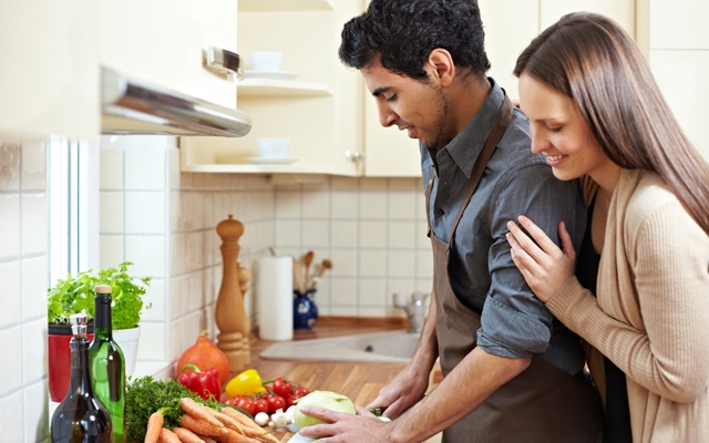 How to impress a woman in the kitchen (Photo: Robert Kneschke/Shutterstock)