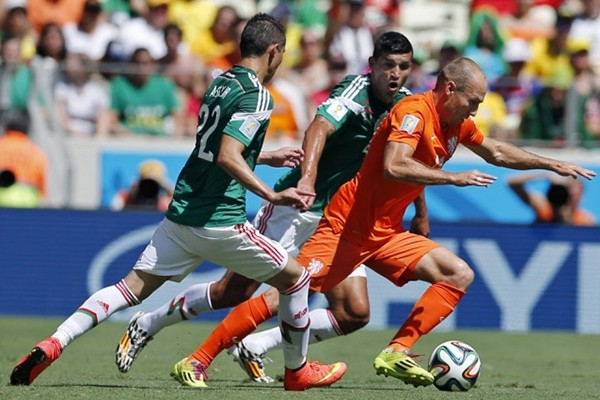 Arjen Robben pushes his way through Mexico's defence