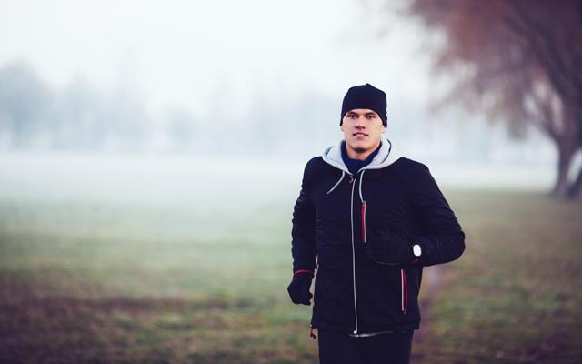 Running in autumn (Photo: Shutterstock/baranq)